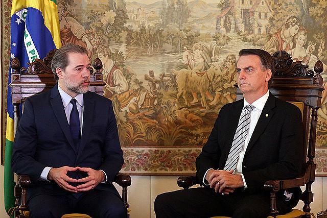 Com votos de Dias Toffoli (à esq.) e Gilmar Mendes, Bolsonaro (à dir.) sofreu sua primeira derrota no Supremo