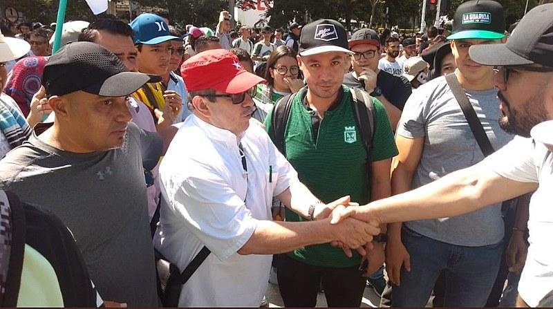 O presidente do partido FARC, Rodrigo Londoño, o Timochenko, foi visto participando da marcha pacificamente