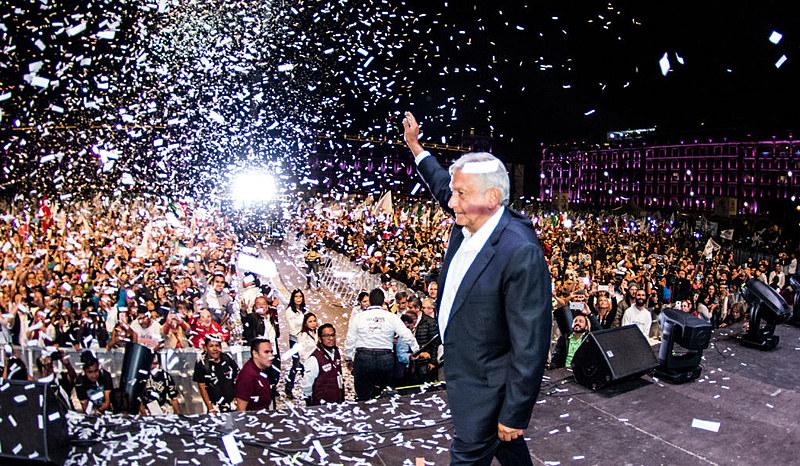Candidato eleito comemora vitória com 130 mil pessoas na histórica praça Zócalo, no centro da Cidade do México