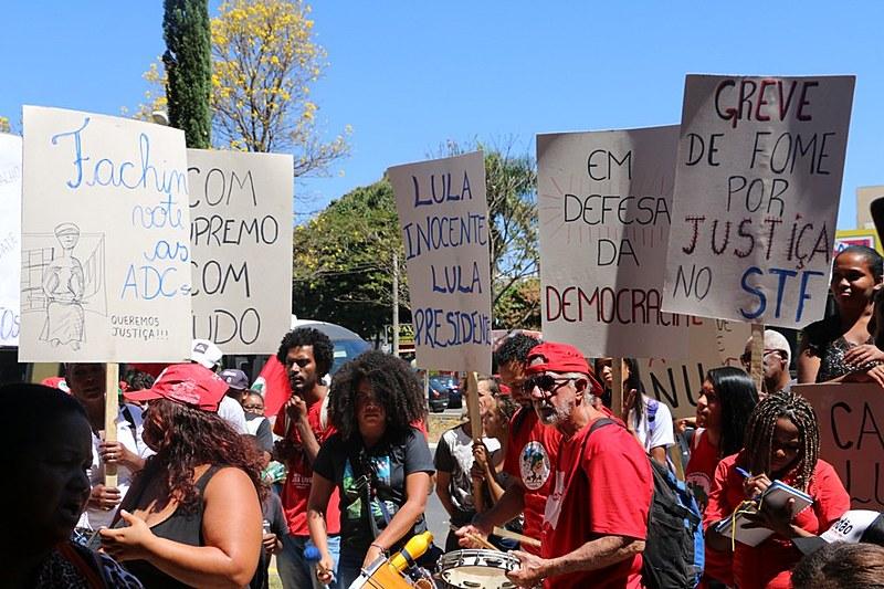 Militantes de movimentos populares durante protesto no CNJ, em Brasília (DF), nesta terça (21)