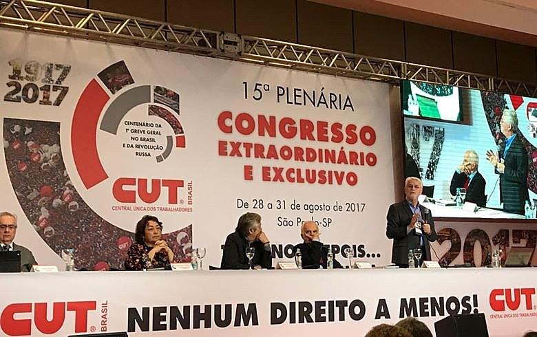Para Felício (de pé), atual tributação brasileira impende a imposição da hegemonia do Estado contra o capital