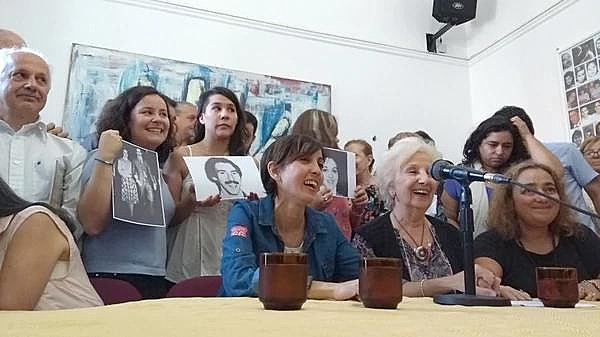Vanesa, ao lado dos familiares biológicos, durante entrevista concedida à imprensa