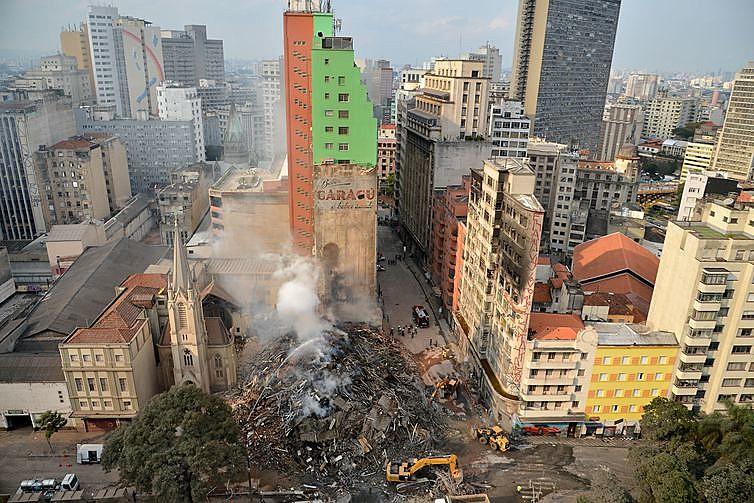 Bombeiros trabalham na busca por desaparecidos e retirada dos destroços do prédio que desabou após incêndio no Largo do Paissandu
