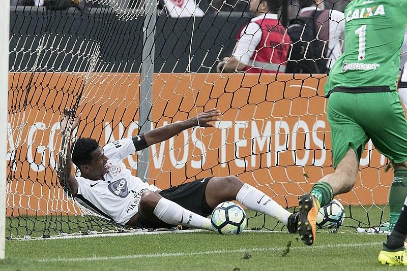 O gol de mão de Jô, atacante corintiano, durante partida contra o Vasco, foi decisivo para a instalação da tecnologia