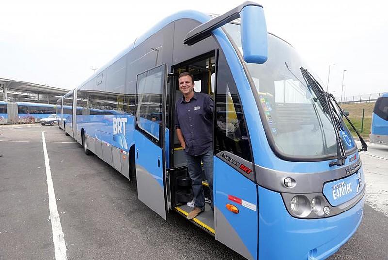O ex-prefeito Eduardo Paes durante entrega de ônibus biarticulados em 2014