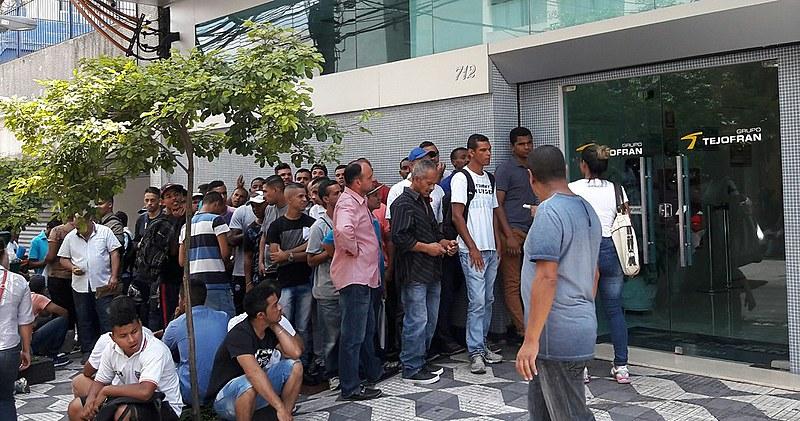 Fila reúne candidatos para vagas em empresa de segurança e limpeza, no bairro de Campos Elíseos, no centro velho de São Paulo (SP)