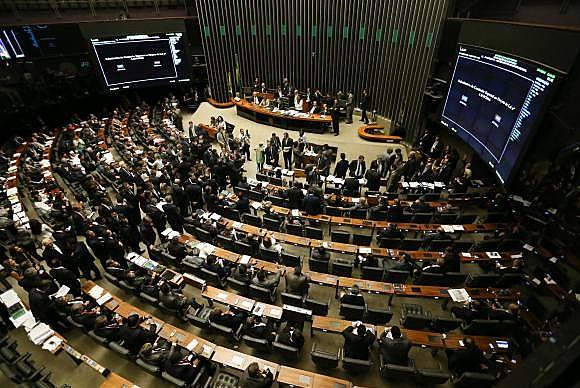 A Mesa Diretora tem a atribuição de dirigir os trabalhos legislativos e os serviços administrativos da Câmara