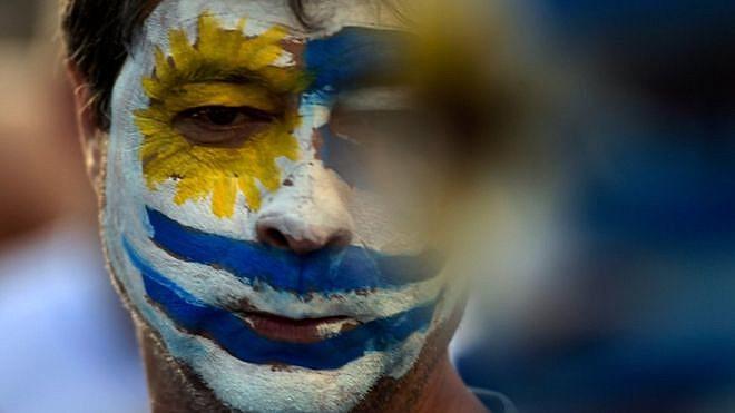 Simpatizante de Lacalle Pou em comício do Uruguai; o candidato de direita venceu a disputa