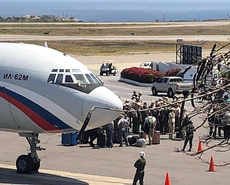 Avião russo desembarca militares e equipamentos em solo venezuelano