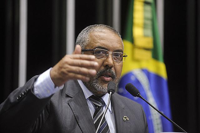"""O senador Paulo Paim (PT-RS) apresentou relatório da bancada petista contra a reforma: """"Não podemos compactuar com sacrifício de direitos"""""""
