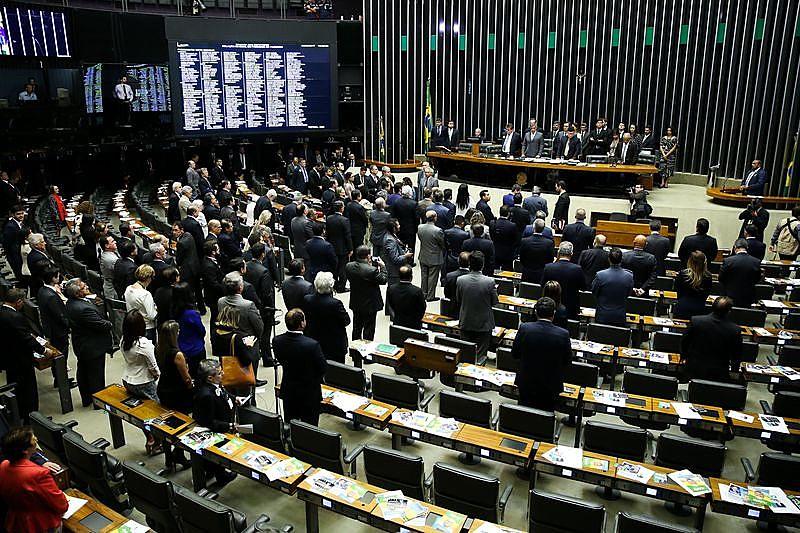 Plenário da Câmara Federal com pouco mais da metade dos deputados presentes, 257 são necessários para que se encaminhe a votação