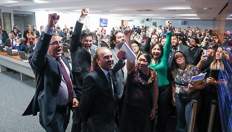 Deputados de oposição comemoram alterações no texto da MP870