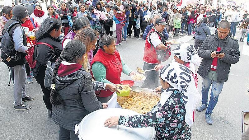 Organizações populares realizam distribuição de sopas para denunciar a emergência alimentar no país