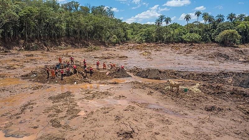 Bombeiros trabalham na localização de vítimas em Brumadinho (MG), após rompimento da barragem Mina do Feijão