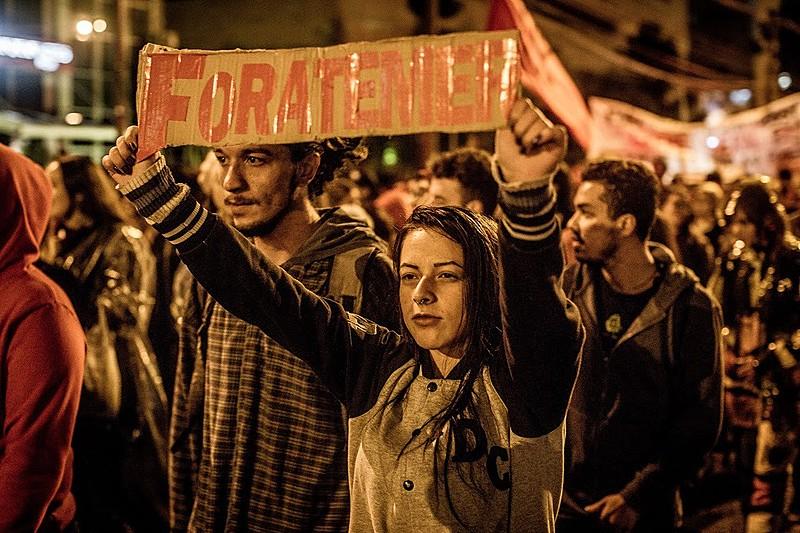 """s manifestantes fizeram uma espécie de """"esquenta"""" para a manifestação de domingo (21), às 14h, em frente à UFPR, na Praça Santos Andrade"""