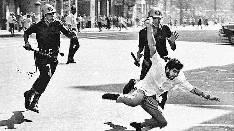 O filme '1964: o Brasil entre armas e livros' tem uma visão simpática do golpe, que seria, segundo sua narrativa, uma reação legítima.