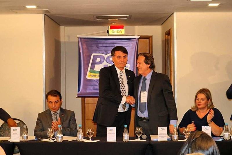 Bolsonaro e Bivar se cumprimentam na primeira reunião dos deputados federais do PSL: em menos de um ano, a parceria desmoronou