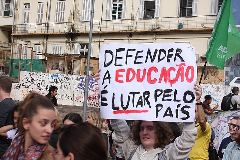 Votação que pode por em risco a educação ocorre no Dia dos Professores