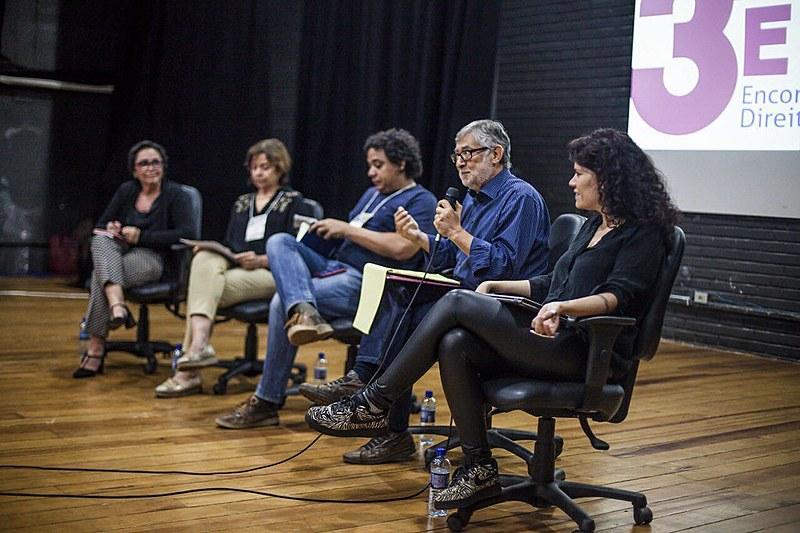 Flávia Lefèvre, Dafne Plou, Marcos Urupá, membro do Intervozes que intermediou o debate, Murilo Ramos e Joana Varon