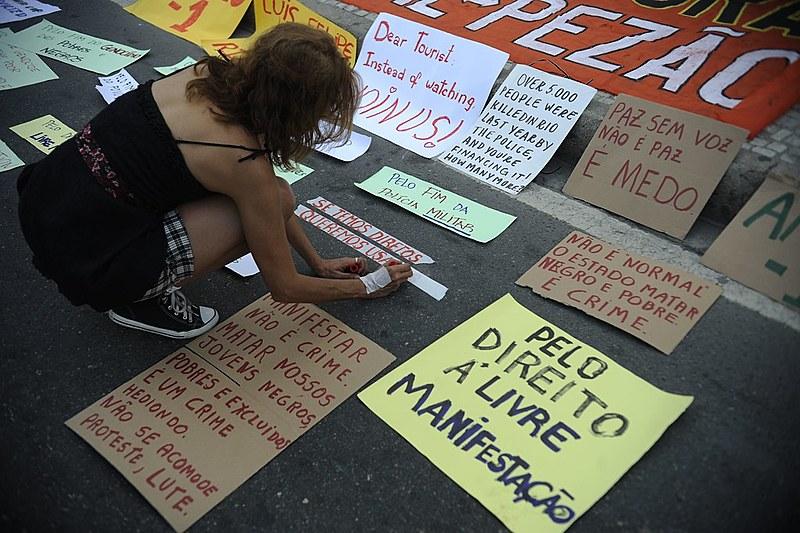 Caminhada silenciosa em Copacabana em protesto pelo direito à livre manifestação e contra a violação de direitos humanos nas favelas