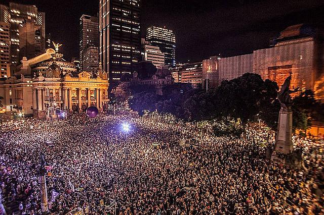 En la manifestación en Rio de Janeiro, 50 mil personas se despidieron de la concejala y del conductor asesinados