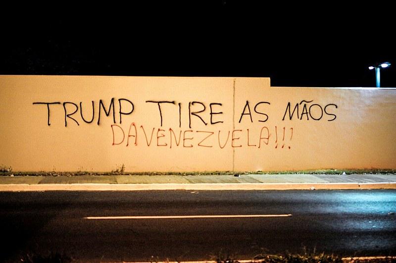 Em frente à Embaixada dos EUA em Brasília, muro foi pichado em repúdio às declarações de Trump contra a Venezuela