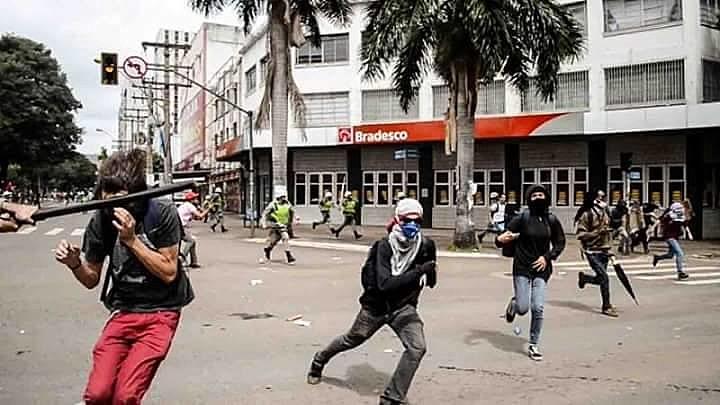 Jornalista flagrou quando manifestante foi atingido com um golpe de cassetete