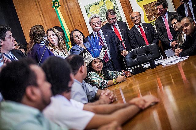 Juristas y representantes de movimientos populares entregan el pedido de impeachment de Temer en la Cámara