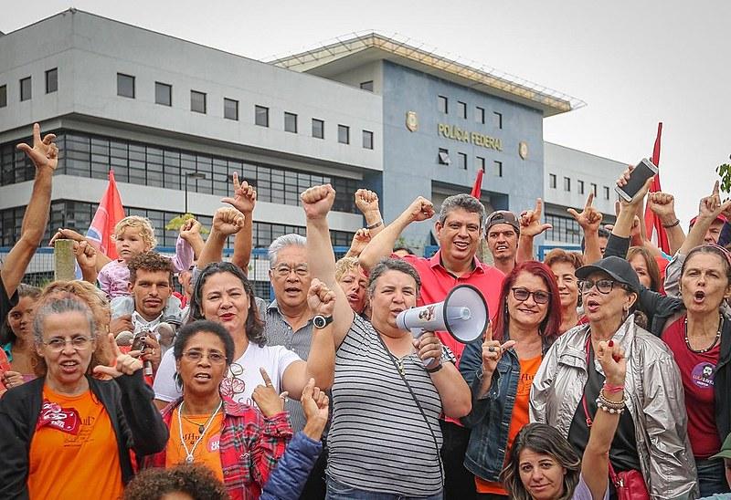 Okamotto e Macedo se juntaram às dezenas de apoiadores em frente à PF para pedir a liberdade de Lula