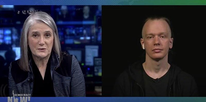 Bini (dir.) foi entrevistado pela premiada jornalista Amy Goodman