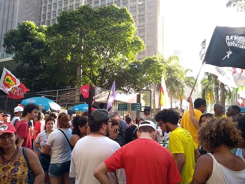 Na Avenida Rio Branco, no centro da cidade, centenas de pessoas protestaram contra a decisão