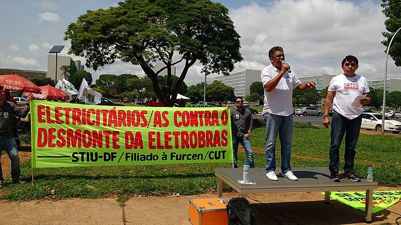 Funcionários realizam protesto em frente ao Ministério das Minas e Energia, em Brasília