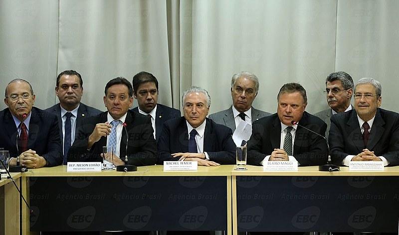 Temer está em negociação com a bancada ruralista para desmontar da legislação de agrotóxicos no Brasil.