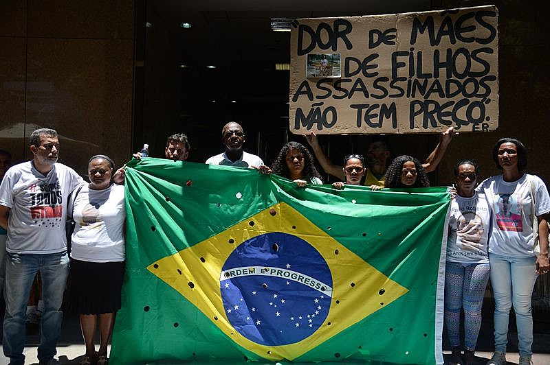 Parentes dos meninos protestaram nesta segunda-feira (28) em frente ao Tribunal de Justiça do Rio
