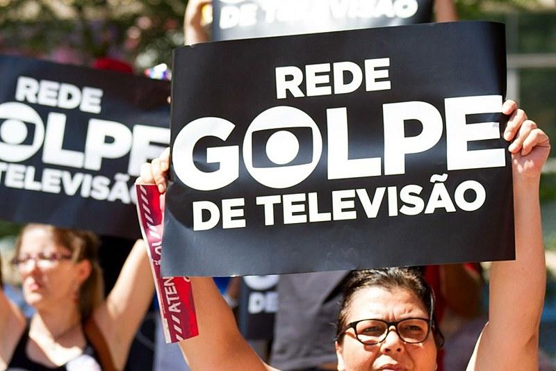 Manifestantes contrários ao impeachment protestam contra a Rede Globo