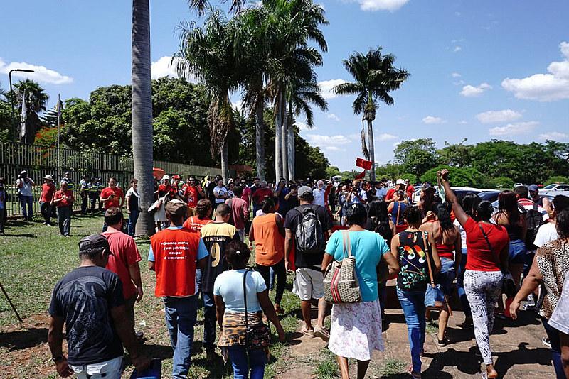 Cerca de 300 pessoas, majoritariamente militantes pró-Maduro, zelam pela embaixada do lado de fora desde a manhã desta quarta