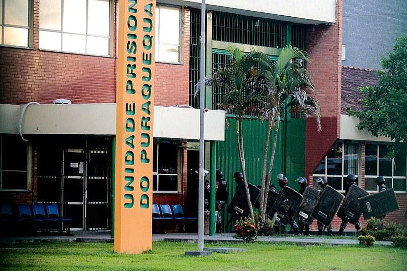Policiais antes de entrar na Unidade Prisional do Puraquequara no dia 27 de junho, segundo dia da chacina que deixou 55 mortos