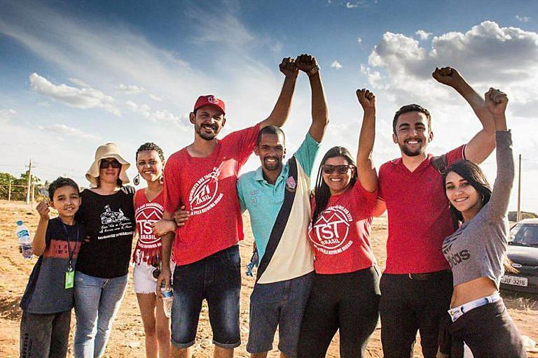 Juntos, militantes do MTST e voluntários aguardam doações para iniciar construção de casas para 109 famílias