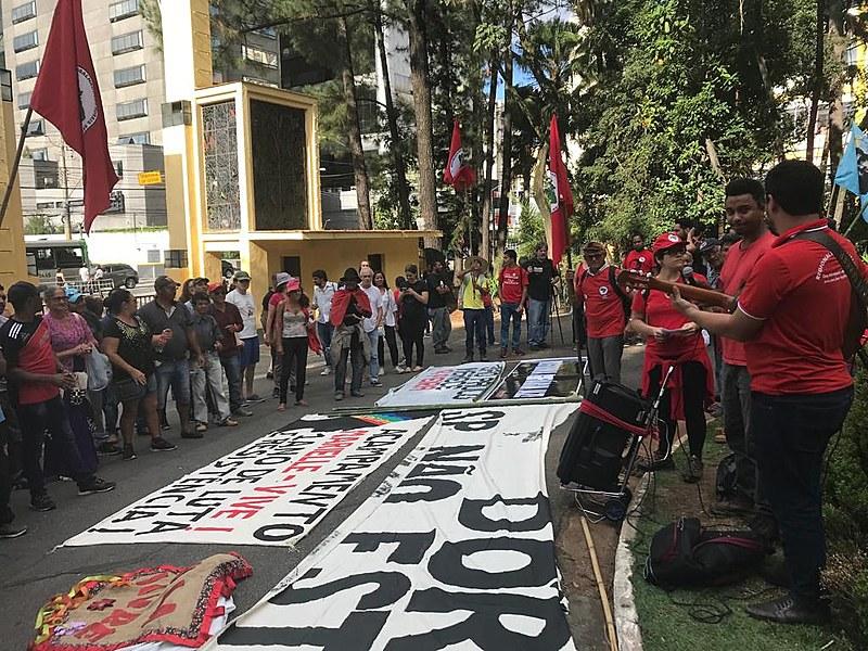 Com faixas, integrantes do movimento fizeram protesto dentro do parque para pedir liberação