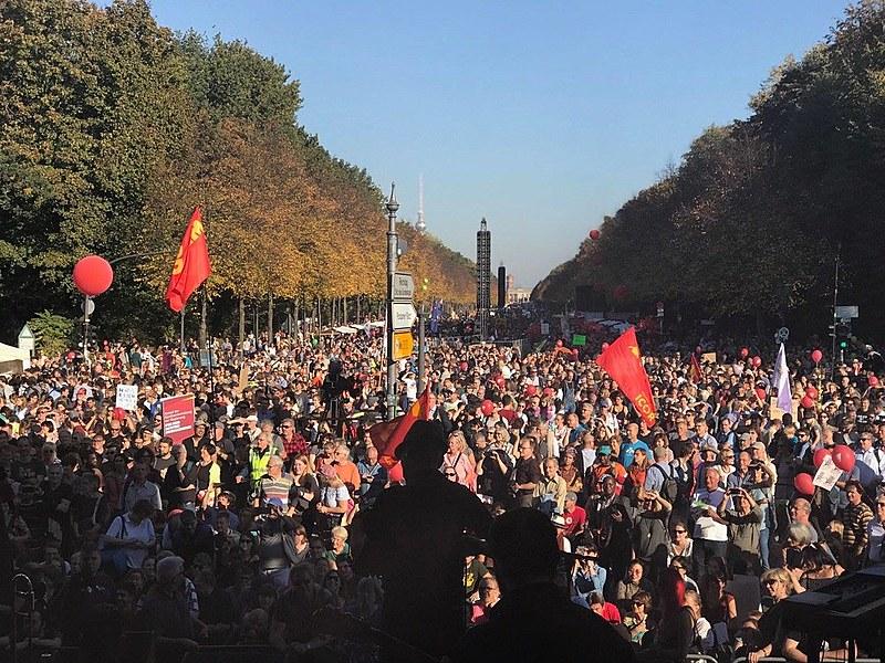 Organização estima que mais de 240 mil pessoas se reuniram no sábado contra o racismo, a xenofobia e a extrema-direita