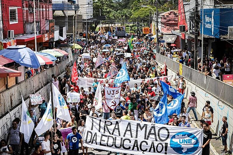Milhares de estudantes lutaram pela educação em 17 cidades da PB.