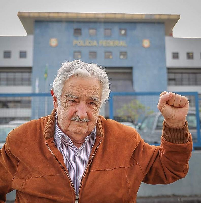 Pepe Mujica em frente à Superintendência da Polícia Federal em Curitiba