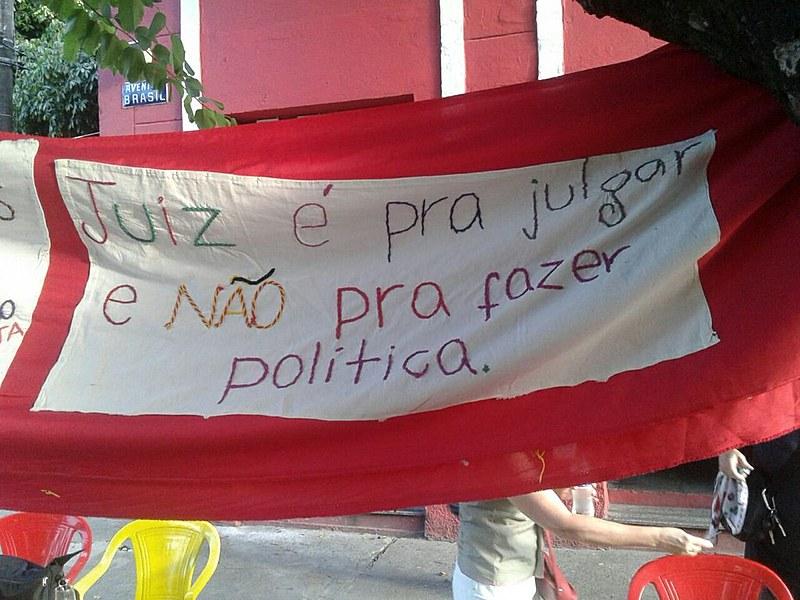 Já estão sendo bordados lenços-panfletos defendendo eleições livres e democráticas em nosso país em 2018, pois #EleiçãoSemLulaéFraude