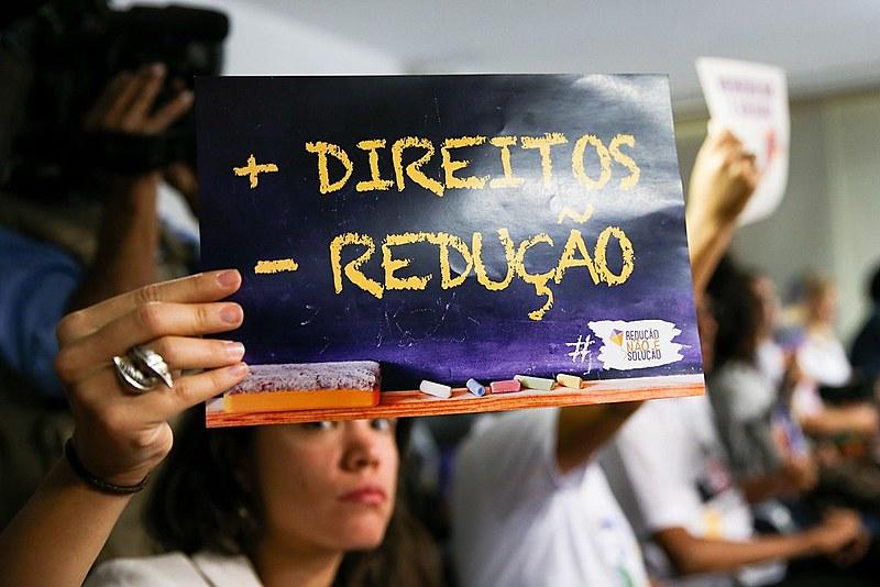 Jovem protesta contra contra redução da maioridade penal