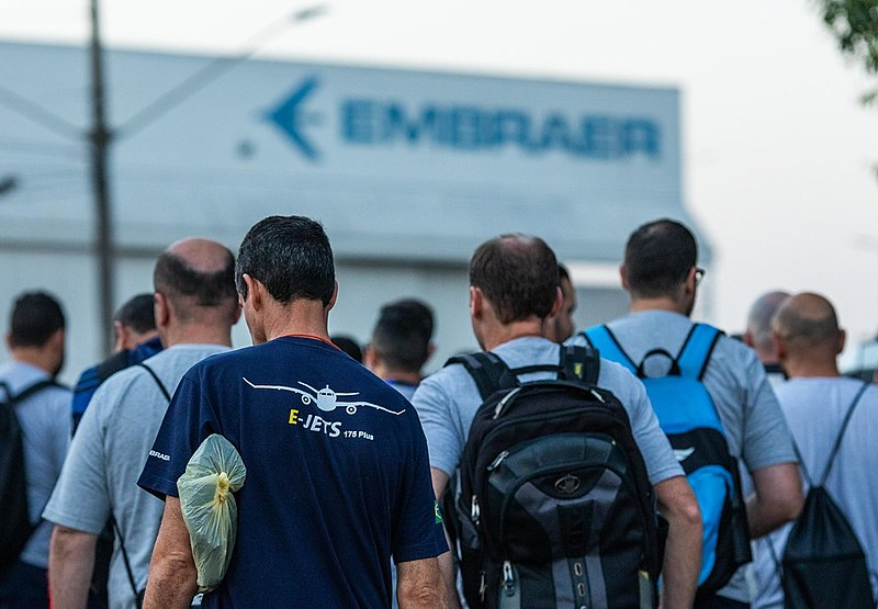 Trabalhadores da Embraer em São José dos Campos (SP) durante assembleia realizada em setembro