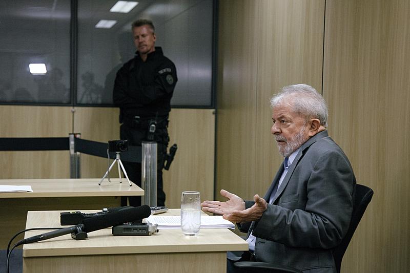 Ex-presidente Lula durante entrevista para Folha de S. Paulo e para El País na superintendência da Polícia Federal em Curitiba (PR)