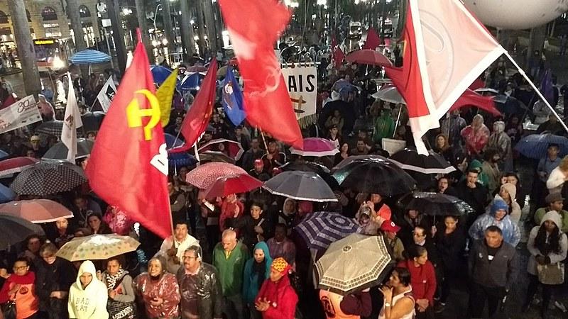 """Centenas de pessoas participaram do """"Arraial de Lutas"""" na Praça da Sé, em São Paulo"""