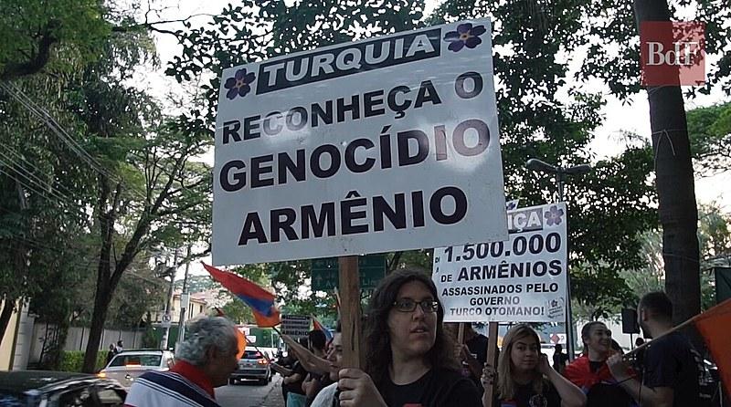 Descendentes de armênios realizam protesto, nessa terça-feira (24), em frente à Embaixada da Turquia em São Paulo