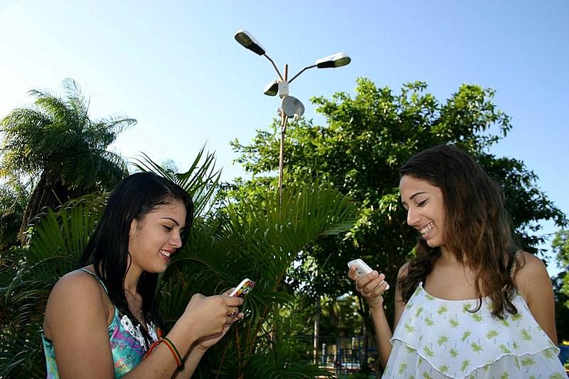 Segunda a pesquisa, uso da rede apenas pelo celular está ligado à falta de infraestrutura de conexão e  dificuldades econômicas das famílias
