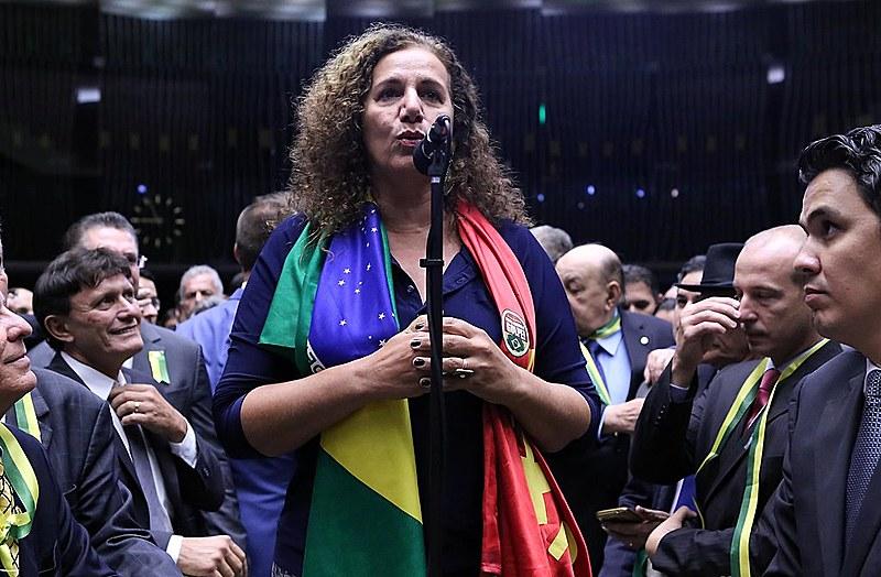 Jandira Feghali (PCdoB/RJ) dá o seu voto na seção de abertura do processo de impeachment